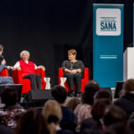 Nik Hartmann und die beiden Gewinnerinen Ursula Tarnutzer und Regine Schlaginhaufen, L-R, bei der Verleihung des Prix Sana 2017 in Luzern am 2. Dezember 2017. Fotografiert von Thomas Hodel.
