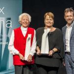 Die beiden Gewinnerinen Ursula Tarnutzer und Regine Schlaginhaufen mit Moderator Nik Hartmann, L-R, bei der Verleihung des Prix Sana 2017 in Luzern am 2. Dezember 2017. Fotografiert von Thomas Hodel.